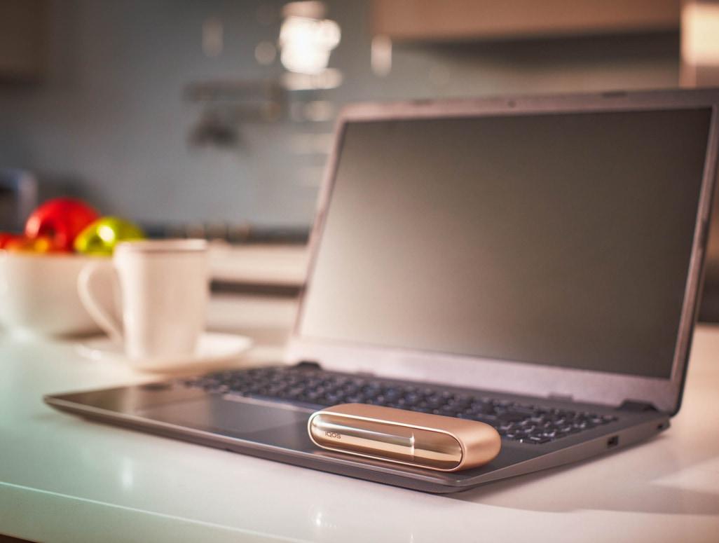 IQOS 3 DUO Gold su un computer portatile