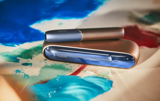 Un IQOS con accessori colorati